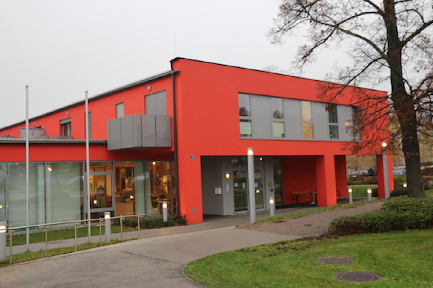 Das rote Volkshilfe-Haus im Klostergarten